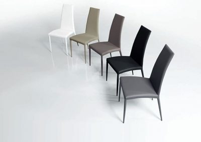 Sedia imbottita, ma dalle linee molto sottili, leggermente curvata permette il pieno appoggio della schiena e ne favorisce la comodità.