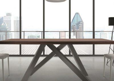 Tavolo con gambe incrociate