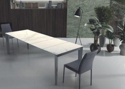 Tavolo con gamba tagliata a 45 gradi, disponibile anche con piano in fenix antigraffio. Fisso o allungabile. Disponibile in diverse finiture e colori.