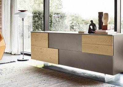 Madia sviluppata in lunghezza, a terra o sospesa, che alterna cassetti e ante di diversi spessori e finiture.