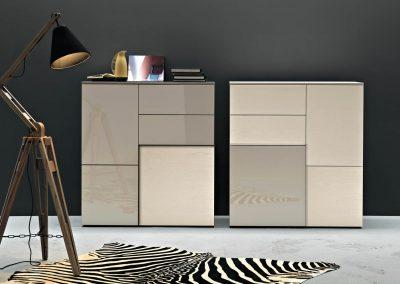 Madia sviluppata in altezza che alterna cassetti e ante di diversi spessori e finiture.