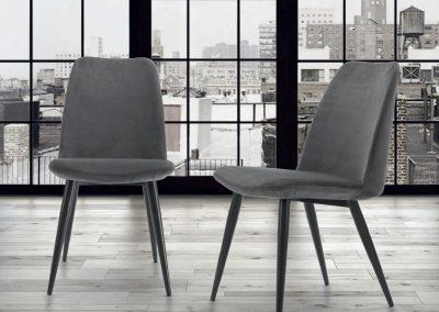 Sedia imbottita con gambe in metallo verniciato diponibile anche nel nuovo rivestimento in velluto.