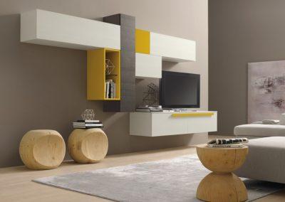 Soggiorno componibile che accosta diversi materiali e differenti tonalità di colore.